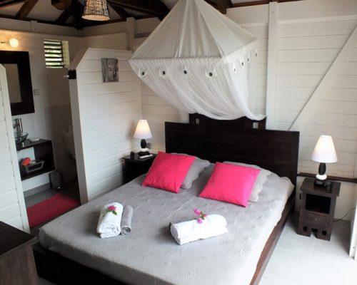 chambre lit double avec salle de bain